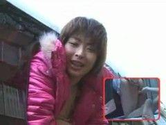 Asia Schlampe bumst im fahrenden Auto