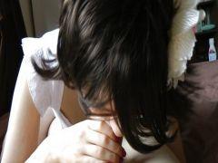 Versautes Stubenmädchen leckt am Penis