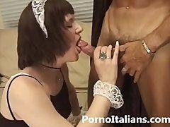 Heißes Putzluder saugt am Penis