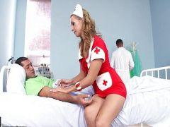 Arschfotze der Krankenschwester von zwei Pimmeln vernascht