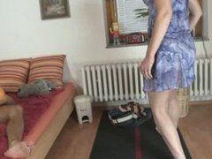 Geile Schwiegermutter bietet ihre Pussy an